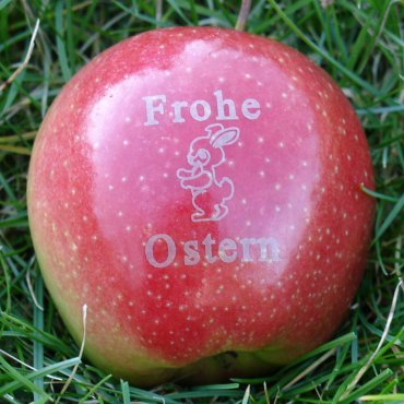 "Roter Apfel mit Motiv ""Frohe Ostern mit Hase"""
